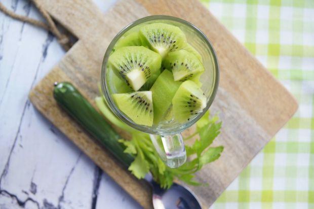 Zielony koktajl z kiwi i selerem naciowym