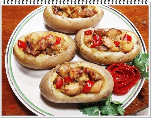 Ziemniaki Eli z kurczakiem i czerwoną papryką.