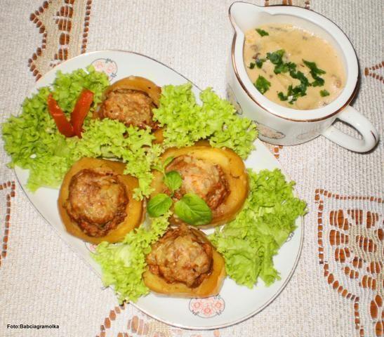 Ziemniaki faszerowane mięsem w sosie