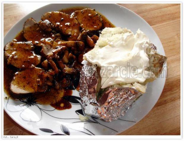 Ziemniaki pieczone z masłem i śmietaną