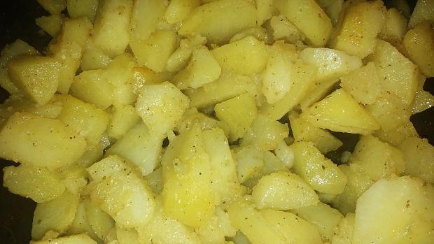 Ziemniaki smażone podane z sosem pieczarkowym
