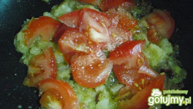Ziemniaki smażone z jajkami i pomidorem