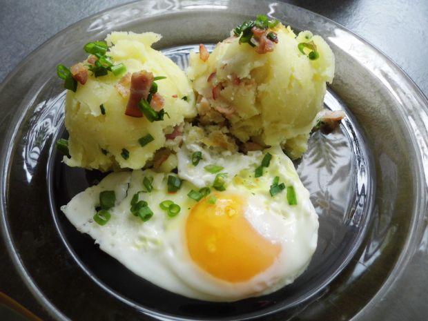 Ziemniaki z boczkiem i jajkiem