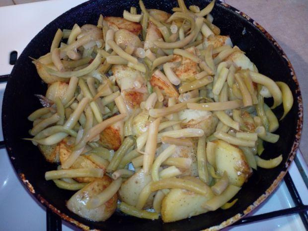 Ziemniaki z fasolką i sosem czosnkowym