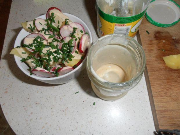Ziemniaki z rzodkiewką i sosem