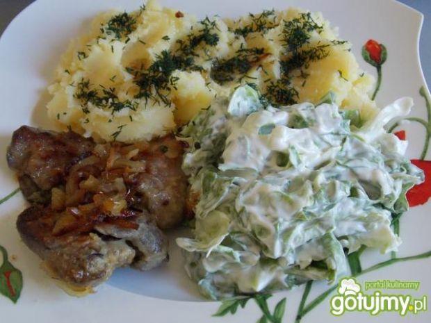 Ziemniaki z wątróbką i sałatą.