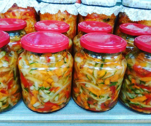Zimowa sałatka - ogórek, papryka, cebula, marchew