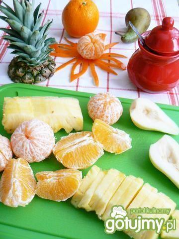 Zimowa sałatka z ananasem w roli głównej