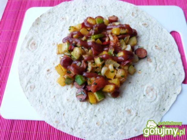 Ziołowe tortille z warzywami i kabanosem