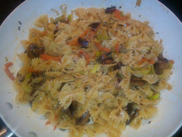 Ziołowy makaron z warzywami i bekonem