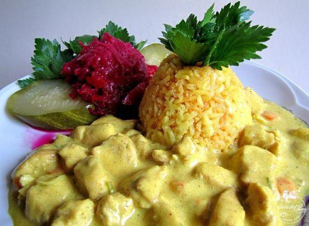 Żółty ryż i kurczak w curry