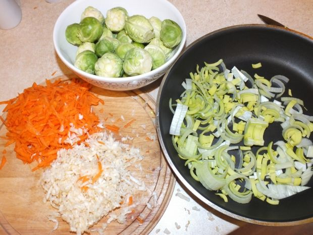 Zupa brukselkowa z tartymi warzywami