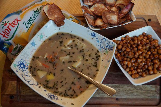 Zupa cebulowa z chipsami jabłkowymi i orzeszkami