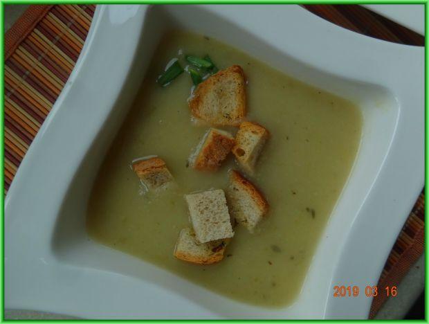 Zupa cebulowa z selerem naciowym i ziemniakami