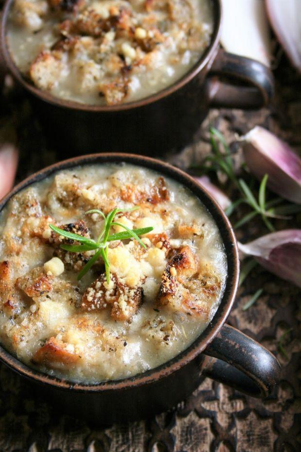 Zupa cebulowa z szalotką i grzankami (zapiekana)