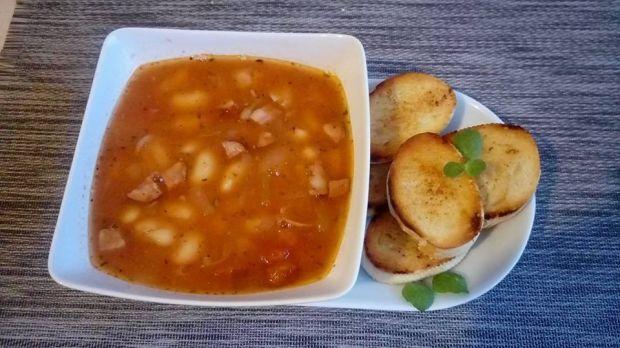 Zupa fasolowa z grzankami czosnkowymi