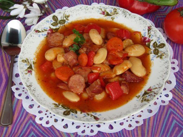 Zupa fasolowa z kiełbasą, boczkiem i papryką