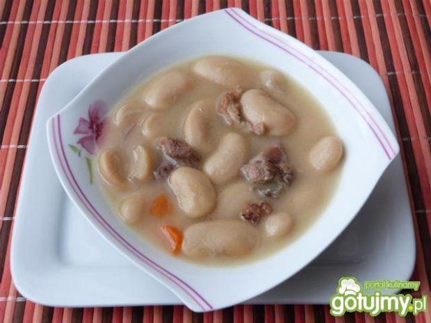 Zupa fasolowa z warzywami na żeberkach