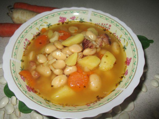 Zupa fasolowa z wędzonym boczkiem