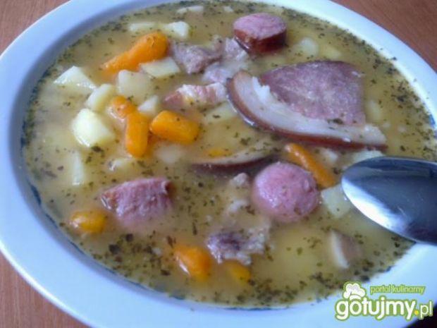 Zupa grochowa z wędzoną szynką
