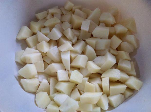 Zupa gulaszowa z kalarepą, papryką i ogórkiem