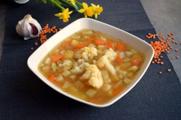 Zupa kalafiorowa z czerwoną soczewicą i kalarepką