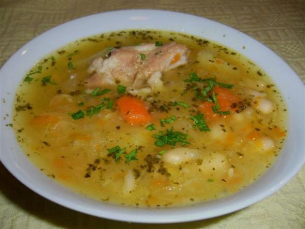 Zupa kapuśniak na żeberkach z fasolką