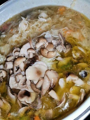 Zupa kapuśniak z marynowanymi grzybami ( opieńki )