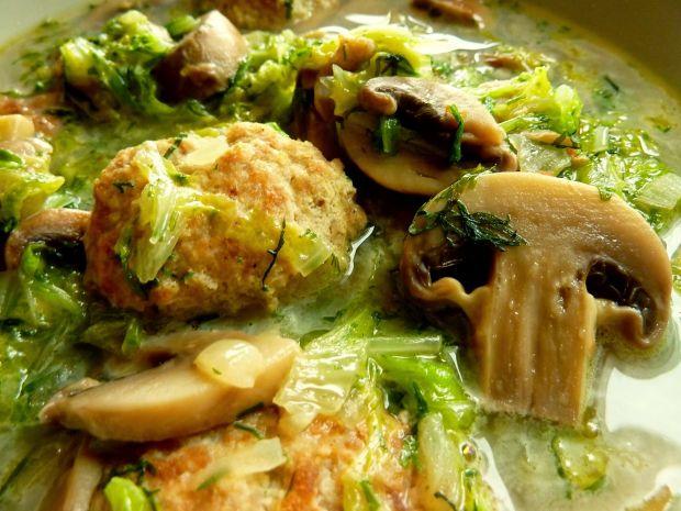 Zupa klopsowa z kapustą pekińską i pieczarkami