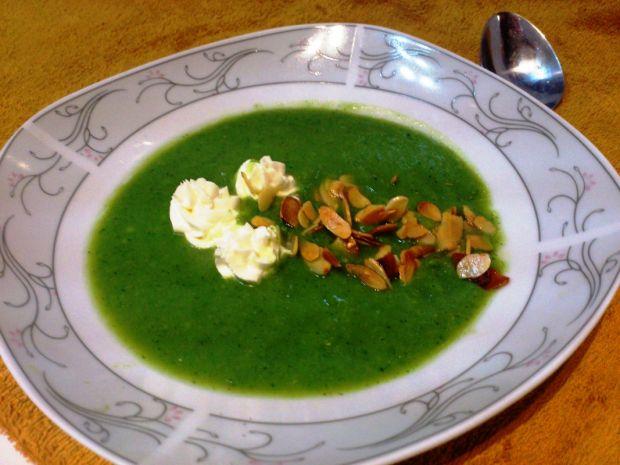 Zupa krem z brokułów z płatkami migdałowymi