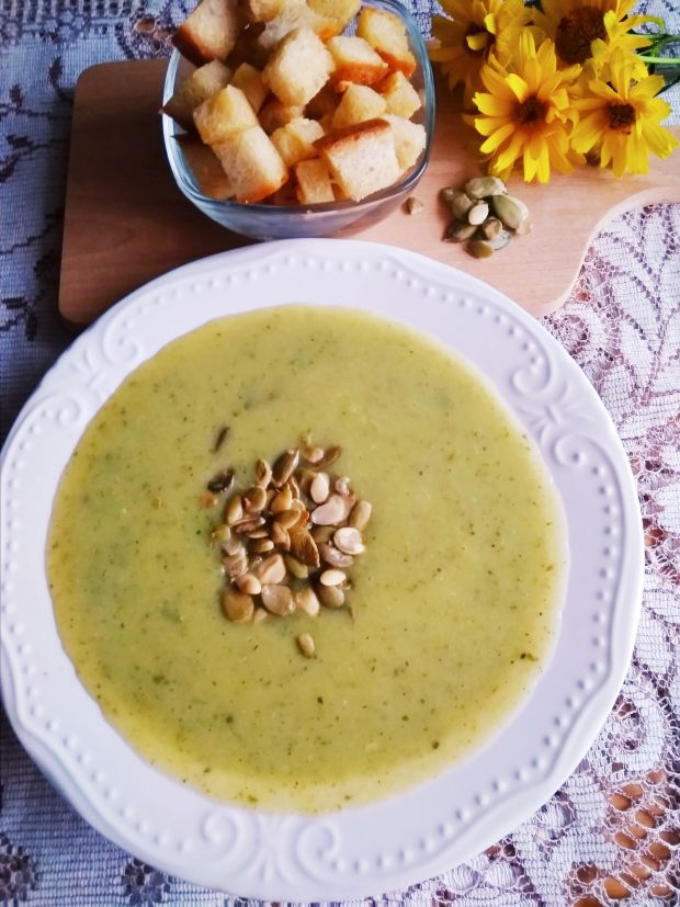 Zupa krem z cukinii z grzankami.