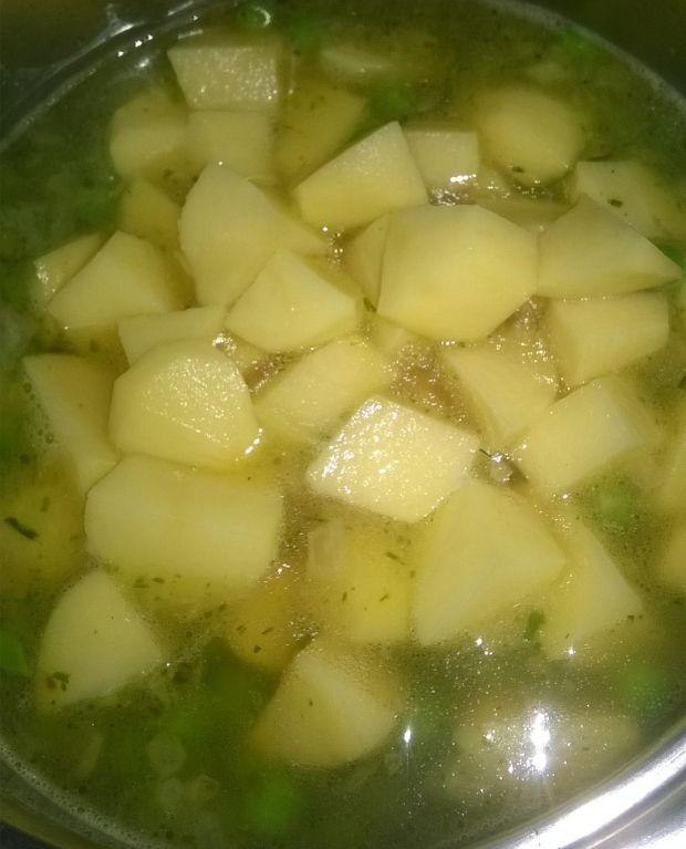Zupa krem z zielonego groszku z płatkamii