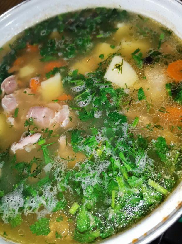 Zupa krupnik zabielana na żołądkach drobiowych