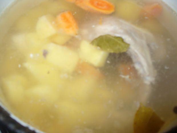 Zupa ogórkowa z dodatkiem kaszy manny