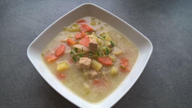 Zupa ogórkowa z mięsem i kapustą pekińską