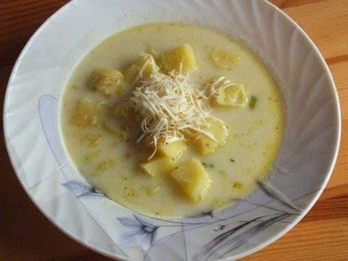 Zupa podana z żółtym serem