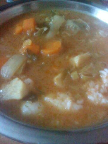 Zupa pomidorowa z dużą ilością warzyw
