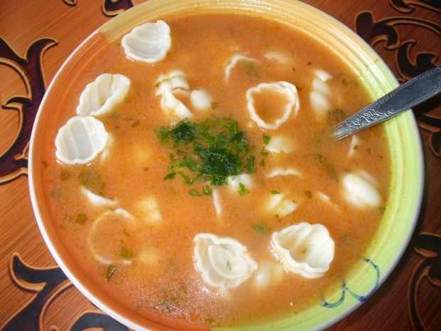 Zupa pomidorowa z makaronem  muszelki