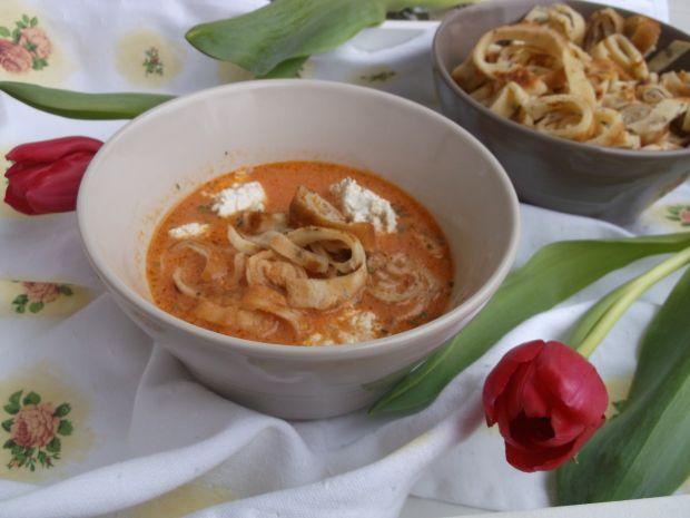 Zupa pomidorowa z naleśnikiem i ziołowym serkiem