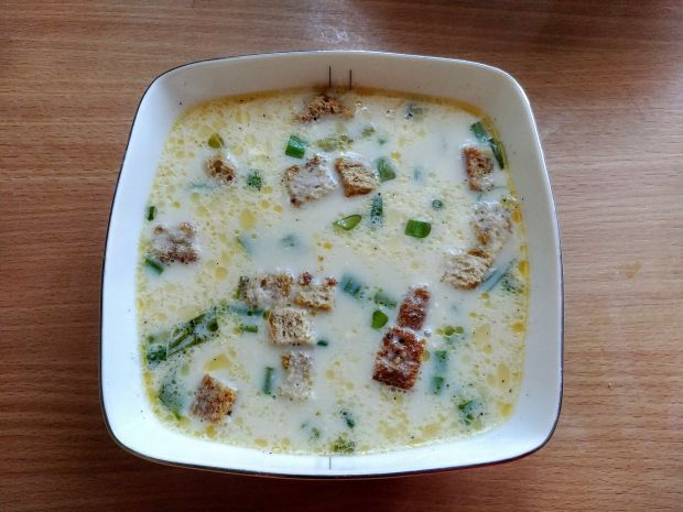 Zupa serowa ze szczypiorkiem i grzankami