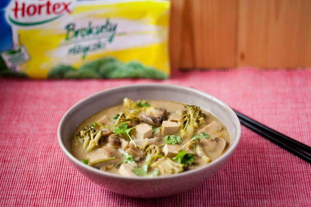 Zupa tajska z brokułami, pieczarkami i tofu