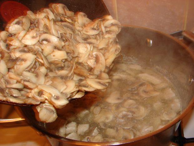 Zupa z cukini z dodatkiem pieczarek i papryki