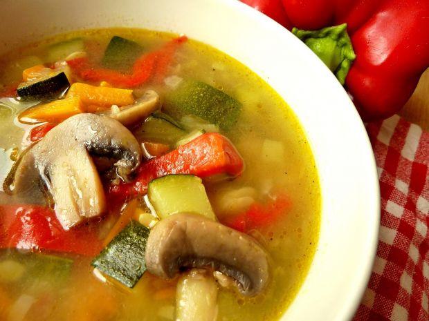 Zupa z cukinią, pieczarkami i czerwoną papryką
