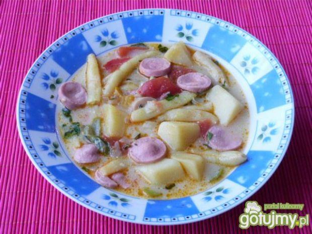 Zupa z fasolką, ziemniakami i parówką