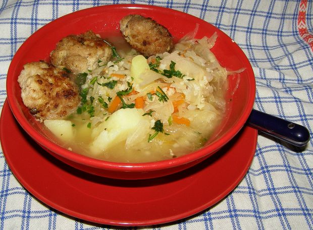 Zupa z kiszonej kapusty z klopskikami