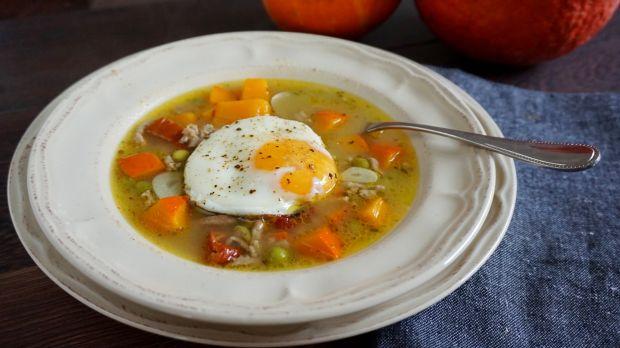 Zupa z mięsem mielonym, dynią i jajkiem