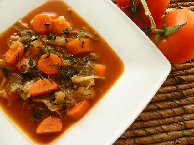 Zupa z młodej kapusty z przecierem pomidorowym