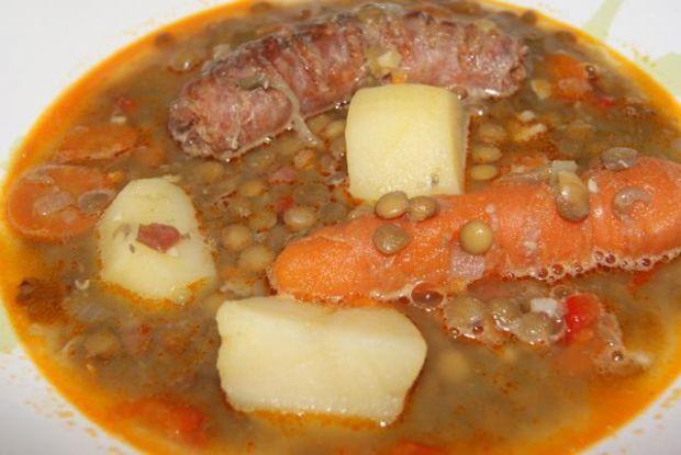 Zupa z soczewicy z jamon serrano.
