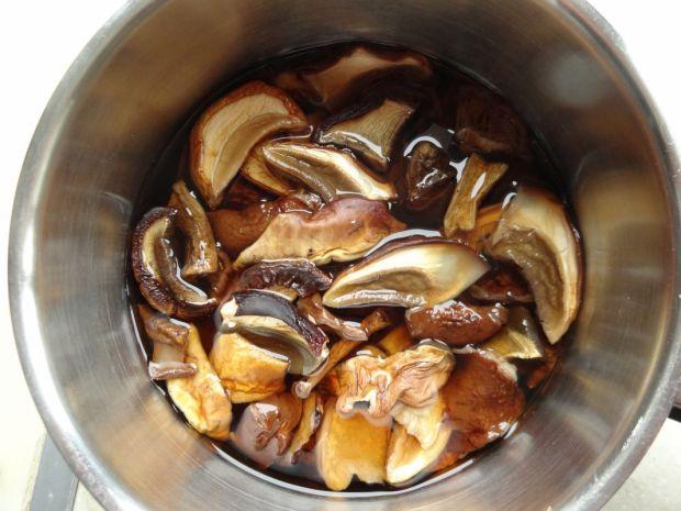 Zupa z suszonych leśnych grzybów i pieczarek