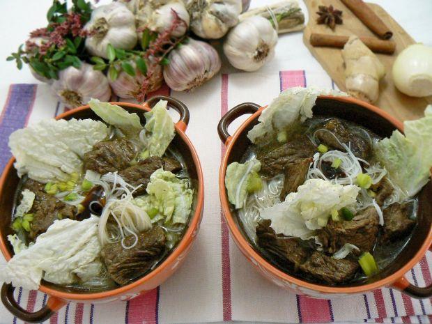 """Zupa z wołowiną Goka """"mod. kołczu"""" - Zupa podana z kapusta pekińska i sosem ostrygowym"""